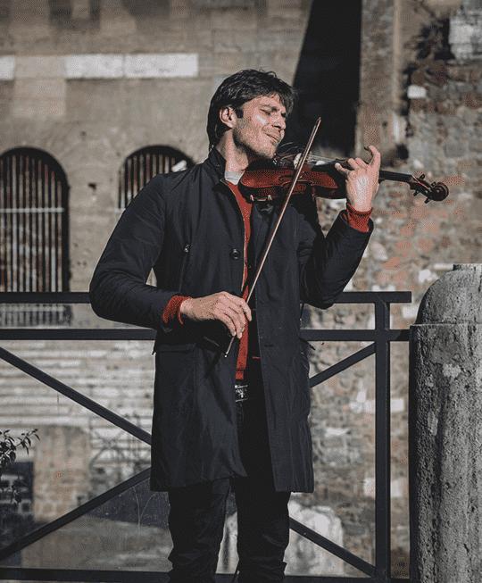 ヴァイオリニストの演奏会のチラシ